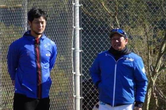 北海道日本ハムのキャンプを訪問したカブス・ダルビッシュ有(左)と栗山監督※写真提供:Full-Count(写真:盆子原浩二)