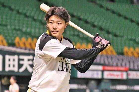 """元岩手の""""二刀流"""" 鷹・松本裕、第1打席で快音響かせ二塁打 高校時代は通算54本塁打"""