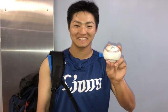高卒3年目埼玉西武鈴木がプロ初安打「必死に食らいつきました」記念球は両親へ