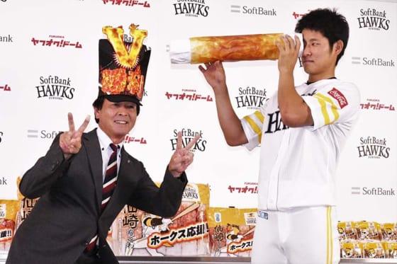 ホークス、リーグVへ視界良好!? 仙崎ちくわ贈呈に上林「燃える勝利が見えます」