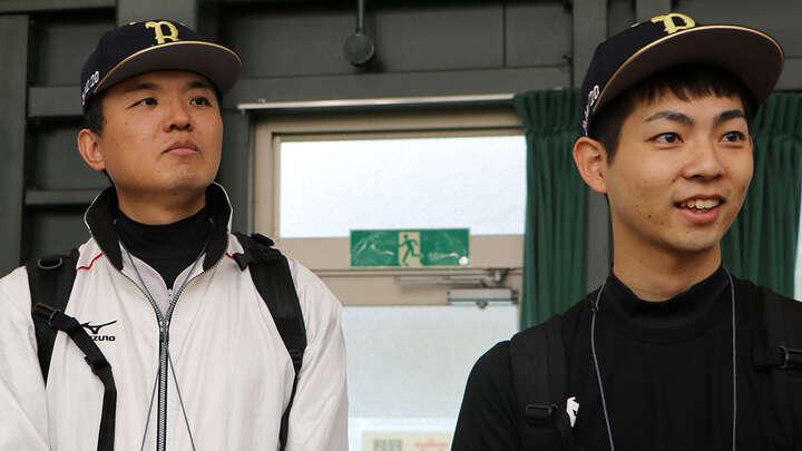 ブルペンの様子を見学。目を光らせる松田さん(右)と松枝さん(左)。