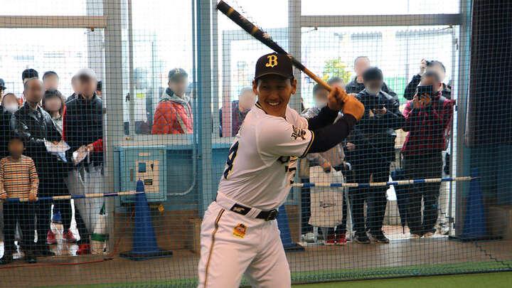 笑顔で構える吉田選手。楽しんで打ち返していました。