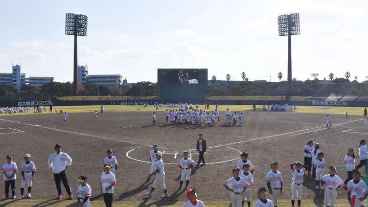 大分会場の別大興産スタジアム。266人の子どもたちが野球を楽しんだ(C)PLM