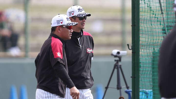 打撃練習を見つめる井口監督(左) 写真提供:千葉ロッテマリーンズ