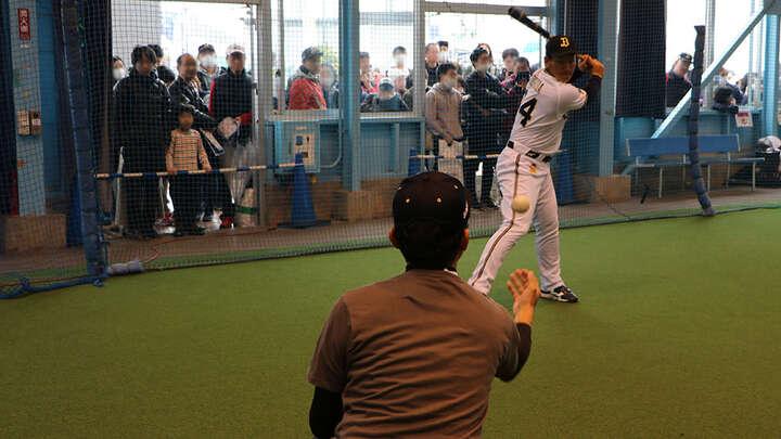 丁寧にトスを上げる松田さん。吉田選手も真剣な表情で打ち返していました。