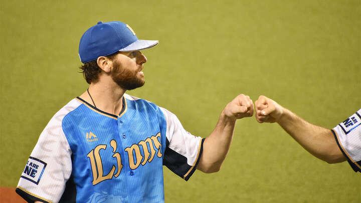 勝利投手となり、マーティン投手とグータッチ。