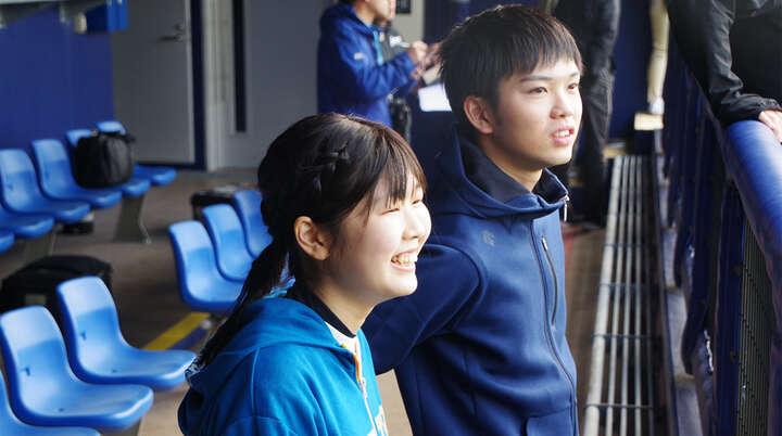自主トレ風景を見学。ベンチで見る風景は「選手が近くて感動です! わきあいあいとしていて選手も楽しそう」と鈴木さん(右)。「選手同士が仲がいいところがファイターズが好きな理由でもあります」と磯崎さん(左)。