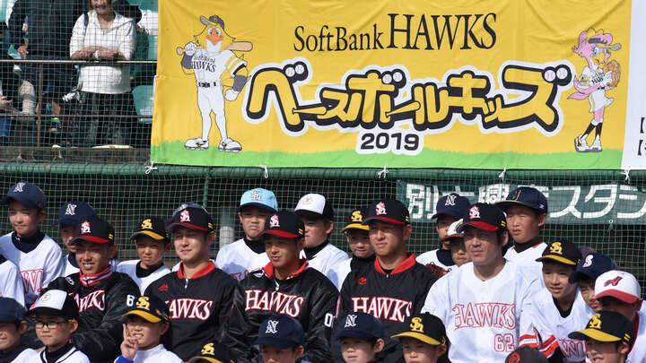 子どもたちと記念撮影する選手たち(左から今宮選手、奥村投手、川瀬選手、小澤投手、甲斐選手)(C)PLM