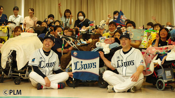 グラウンド外の時間もファンの力に。埼玉西武の炭谷選手と武隈投手が埼玉医科大学総合医療センターを訪問
