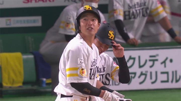 柳田悠岐の決勝打で鷹が鯉に競り勝ち7連勝! 復帰の今宮健太が勝ち越しのホームイン