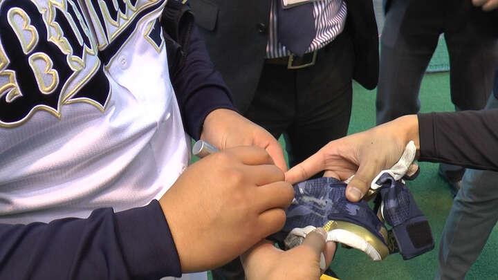 吉田選手がキャンプで使用していたバッティンググローブをいただきました!