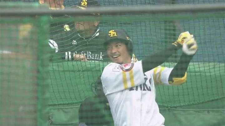 打撃練習を行う福岡ソフトバンク・松田宣浩選手