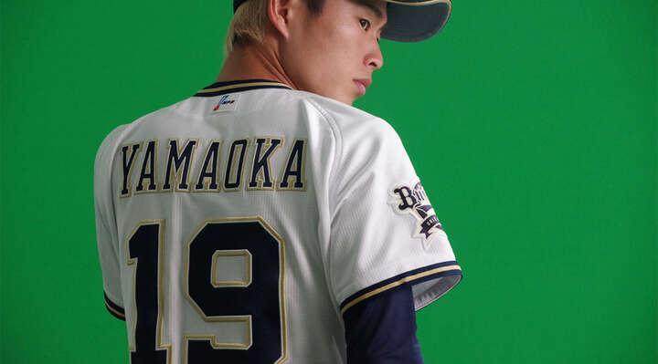 山岡泰輔投手の撮影にも潜入。新背番号「19」がお似合い!